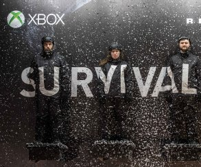 Microsoft мучает людей на сурвайвл-билборде Rise of the Tomb Raider