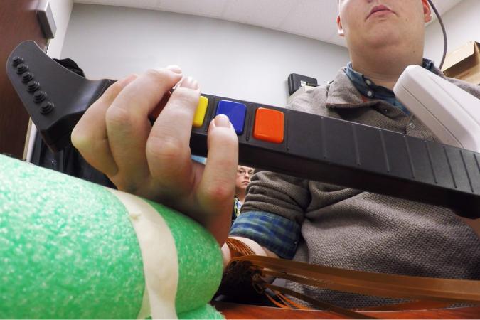 Имплантат позволил парализованному человеку сыграть в Guitar Hero - Изображение 1