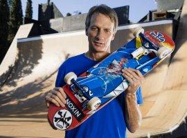 Легендарный Тони Хоук обменялся скейтбордами сшестилетним фанатом. Все благодаря курьеру иTikTok