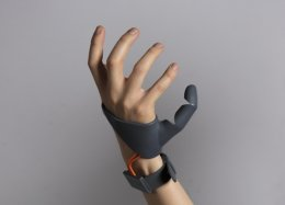 Британка создала шестой палец, чтобы придать протезам более позитивную окраску