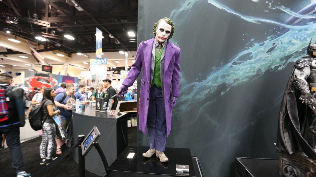 Костюмы, гаджеты и фигурки Бэтмена на Comic-Con 2015 | Канобу - Изображение 27