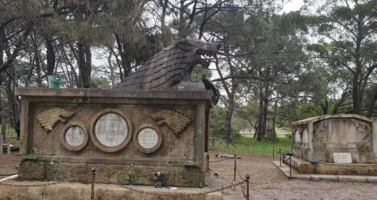 «Держал дверь». ВАвстралии построили кладбище длямертвых персонажей «Игры престолов» | Канобу - Изображение 9654