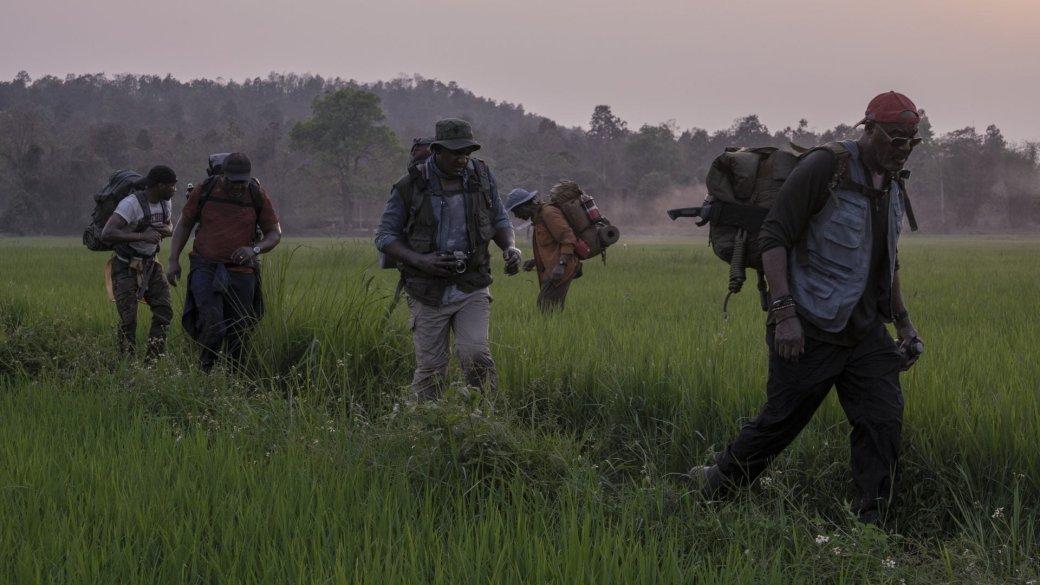 Рецензия нафильм «Пятеро одной крови». Золотая лихорадка, ружья ирояли вовьетнамских кустах | Канобу - Изображение 7689